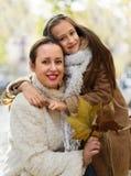 有小女儿的愉快的妇女 免版税库存图片