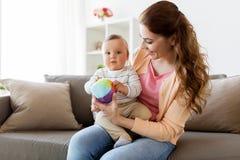 有小婴孩的愉快的年轻母亲在家 免版税图库摄影