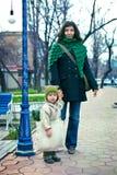 有小孩子的母亲步行的 库存图片