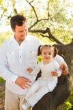 有小小女儿的愉快的年轻父亲 库存图片