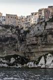 有小屋的古镇俯视Bonifacio港的白色峭壁的海  免版税库存照片