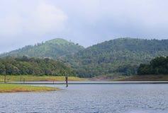 有小山的Periyar湖在背景在一个晴天, Thekkady,喀拉拉,印度中 免版税库存图片