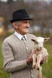 有小山羊的老人 图库摄影