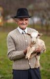 有小山羊的老人 免版税库存图片