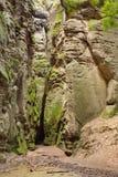 有小开头的被风化的岩石墙壁 库存图片
