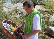 有小手鼓的僧人举办在海滩的一种仪式 咒语D 免版税库存照片