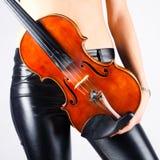 有小提琴的妇女 免版税库存照片