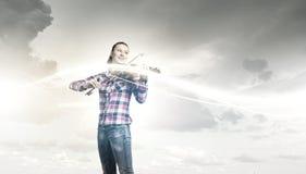 有小提琴的女孩 免版税库存照片