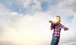 有小提琴的女孩 免版税库存图片