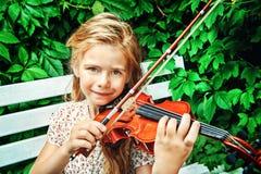 有小提琴的女孩 图库摄影