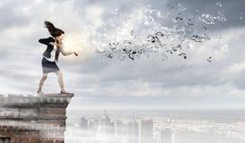 有小提琴的女实业家 免版税图库摄影