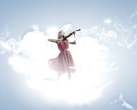 有小提琴的妇女 免版税库存图片