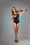 有小提琴的性感的女孩 图库摄影