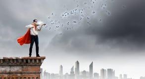 有小提琴的超人 免版税库存图片