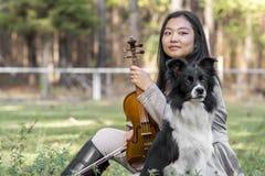 有小提琴的逗人喜爱的亚裔女孩 免版税库存图片