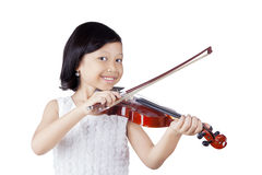 有小提琴的逗人喜爱的亚裔女孩 免版税库存照片