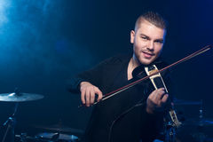 有小提琴的音乐家 免版税库存照片