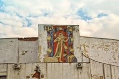 有小提琴的,在大厦的老被破坏的马赛克女孩 库存照片