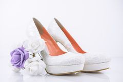 有小新娘花花束的新娘高跟鞋鞋子 库存图片