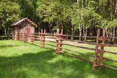 有小木房子的木篱芭 免版税库存照片