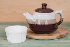 有小杯子的陶瓷茶罐 免版税库存照片