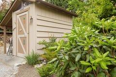 有小棚子的后院庭院 免版税库存图片