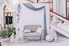有小沙发的美好的婚礼照片区域 免版税图库摄影