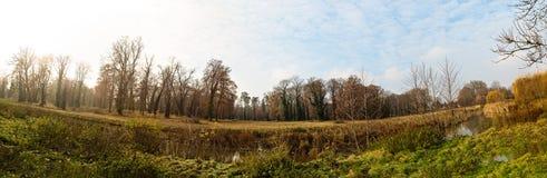 有小河全景的秋天公园 免版税库存照片