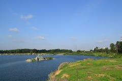 有小河小岛的岩石湖 免版税库存照片