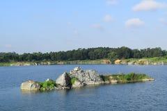 有小河小岛的岩石湖 免版税图库摄影