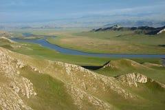 有小河的Bayinbuluke草原 库存照片