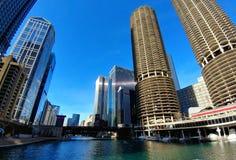 有小游艇船坞城市停车处塔的芝加哥河 免版税库存照片