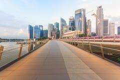 有小游艇船坞海湾的在日出,新加坡周年纪念桥梁 免版税库存照片