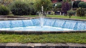 有小瀑布和蓝色瓦片的一个可爱的喷泉在一条街道上在索伦托,意大利 库存图片
