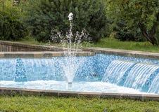 有小瀑布和蓝色瓦片的一个可爱的喷泉在一条街道上在索伦托,意大利 库存照片