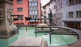 有小瀑布的喷泉在苏黎世的历史中心轻拍 免版税库存照片