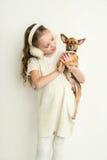 有小爱犬的白肤金发的孩子女孩 免版税图库摄影