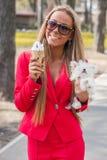 有小狗的妇女 免版税图库摄影