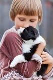 有小狗的小女孩 免版税库存照片