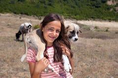 有小狗的牧羊人女孩 免版税库存图片