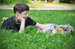 有小狗的男孩 免版税库存照片