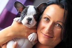 有小狗的美丽的妇女 免版税库存图片