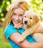 有小狗的逗人喜爱的女孩 图库摄影