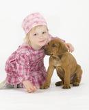 有小狗的逗人喜爱的小女孩 库存图片
