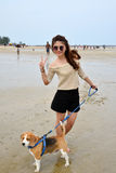 有小猎犬狗的妇女 免版税库存图片