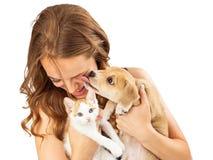 有小猫和富感情的小狗的愉快的女孩 免版税库存照片