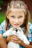 有小猫的女孩在公园 图库摄影