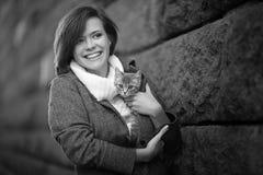 有小猫的女孩 图库摄影