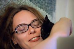 有小猫的妇女 免版税库存照片