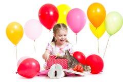有小猫的惊奇的孩子在礼物盒 免版税库存图片